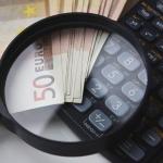 Lupa na kalkulatorze i pieniądze