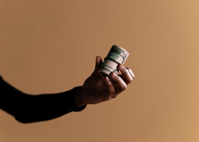 osoba z banknotami w ręce